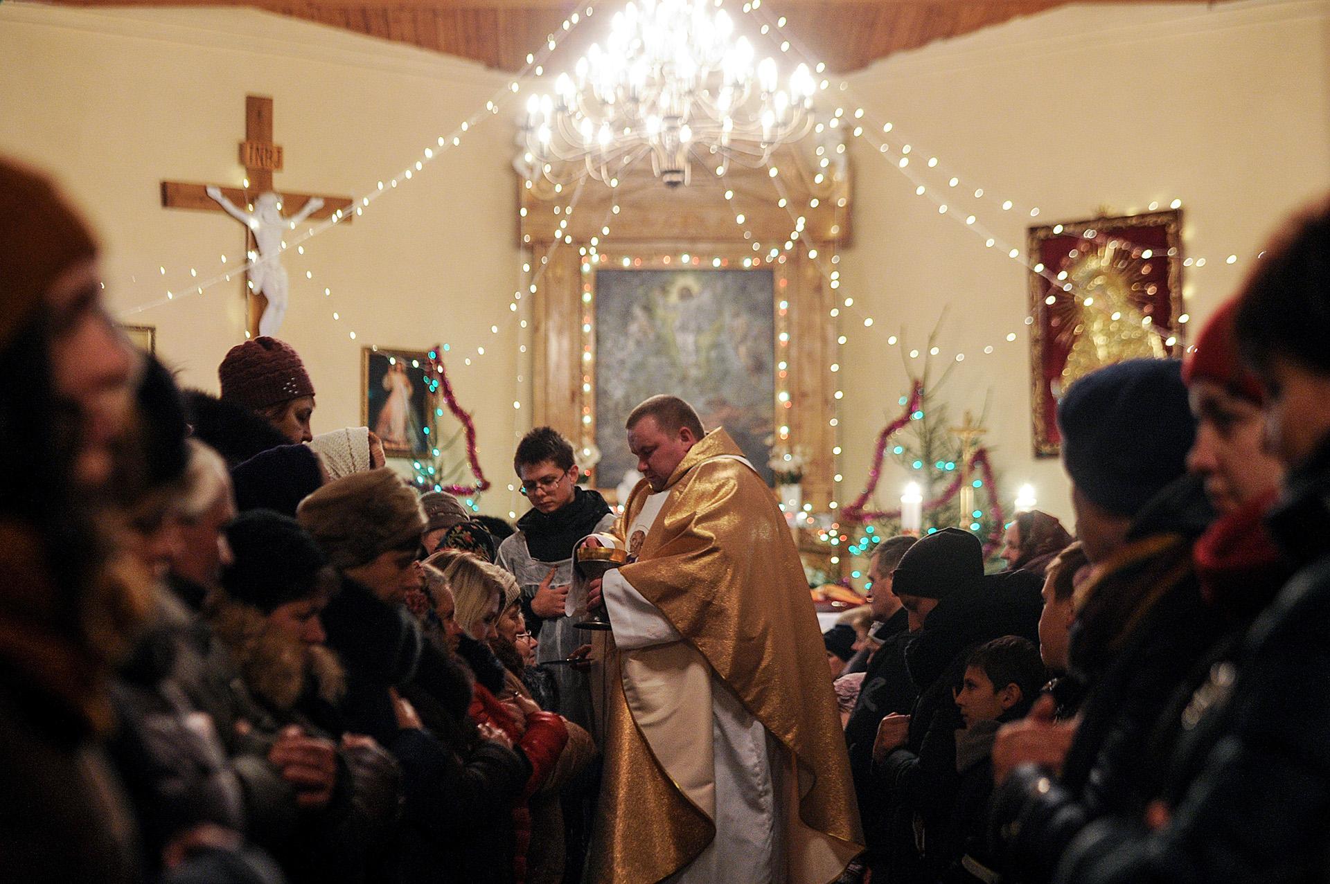 Celebración de Navidad en una Iglesia de Krevo, 100 kilómetros al noroeste de Minsk