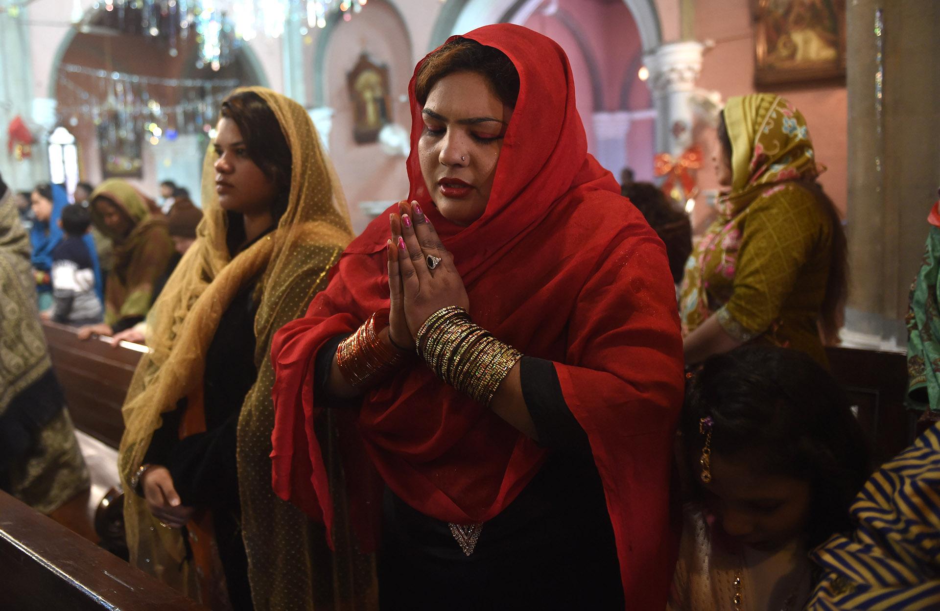 Cristianos paquistaníes en la misa del 25 de diciembre en Lahore