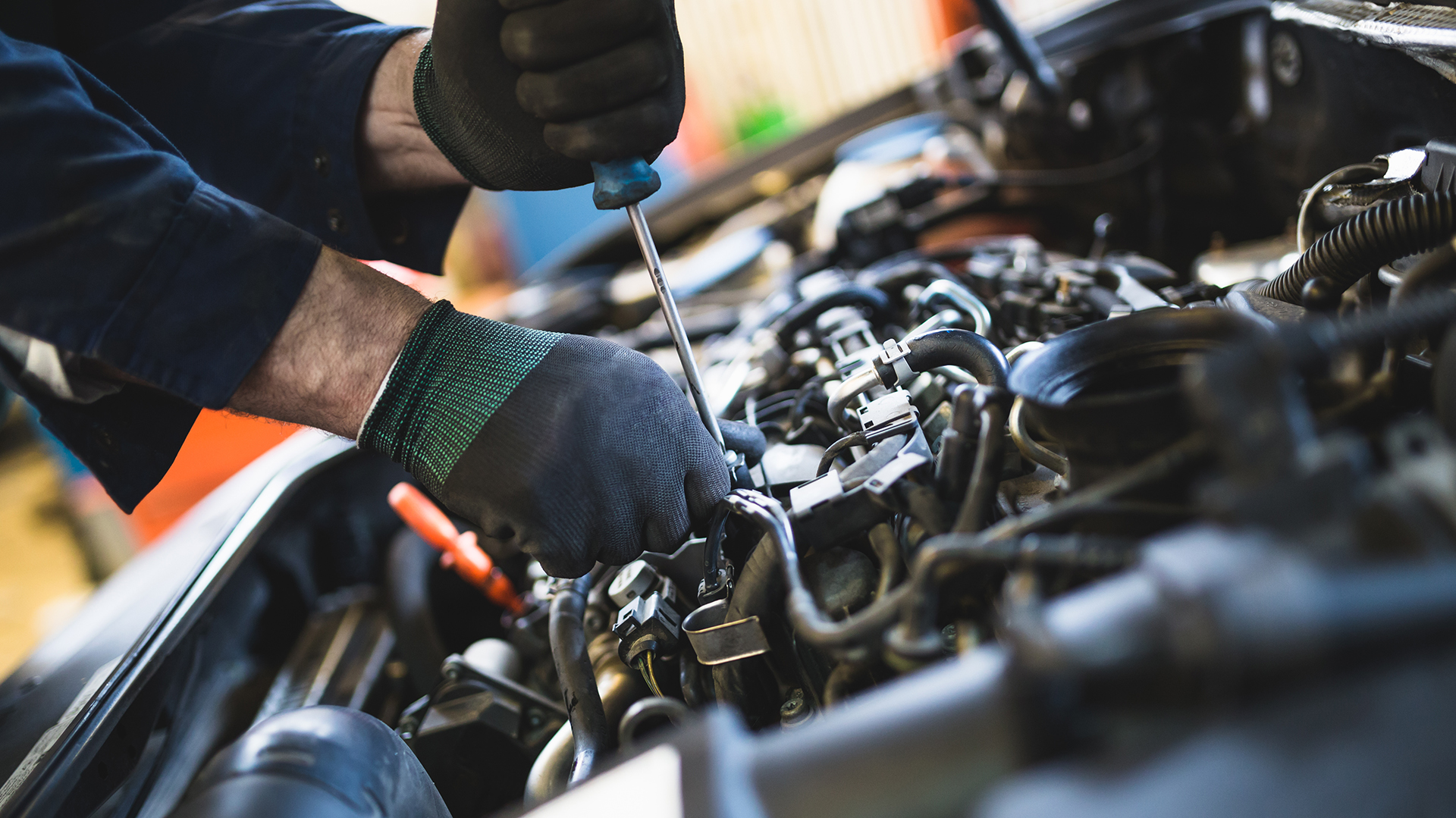 Se recomienda limpiar el motor de las suciedades propias de un viaje (Getty)