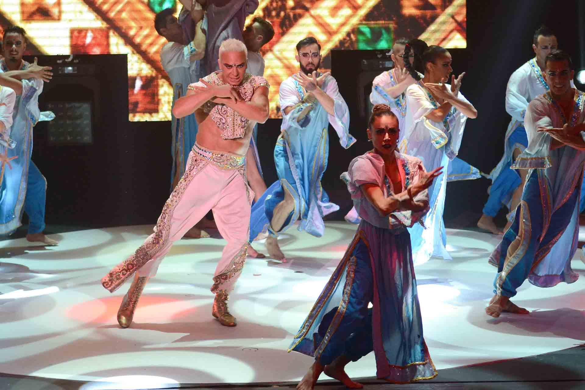 El show, que mezcla el baile, la música y el humor, tiene una estética inspirada en la India