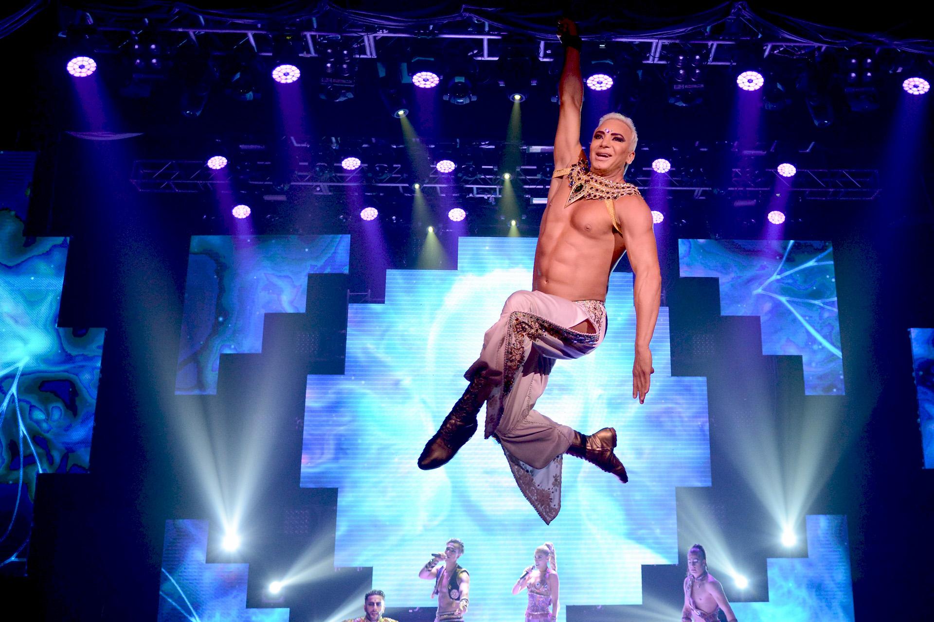 El coreógrafo y bailarín se luce durante el show con su talento