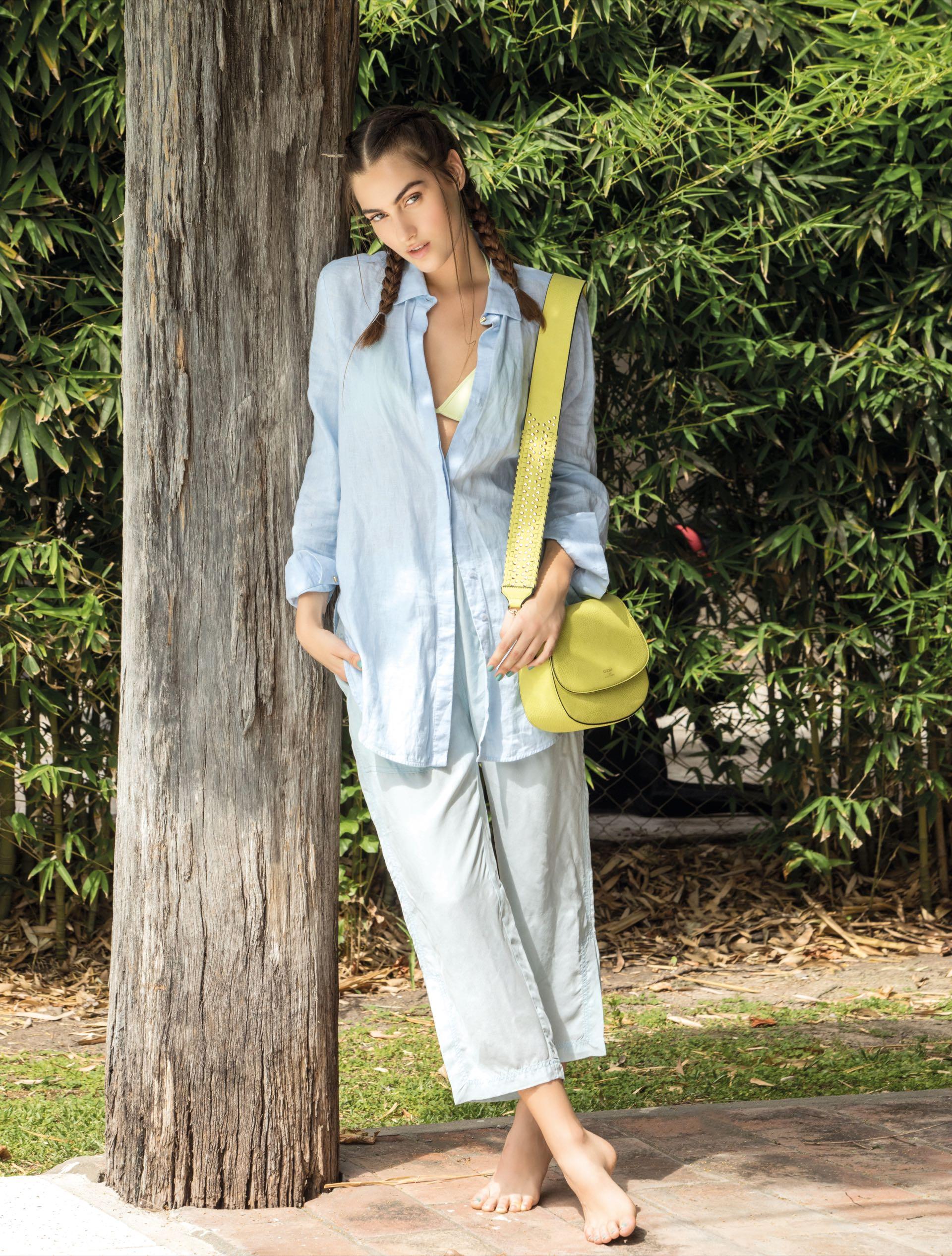 Camisa de lino y pantalón de seda con bolsillos (Cher), cartera ($ 1.498, Blaquè) y bikini triángulo con bombacha ($ 1.400, Kosiuko). Foto Fernando Venegas
