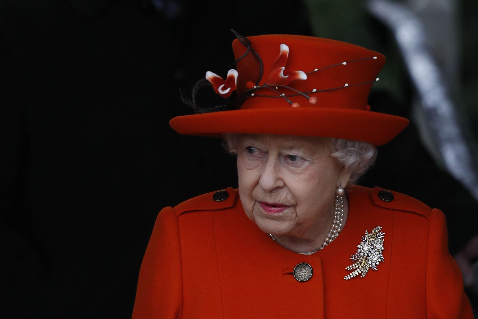 Un primer plano del estilismo navideño de la reina