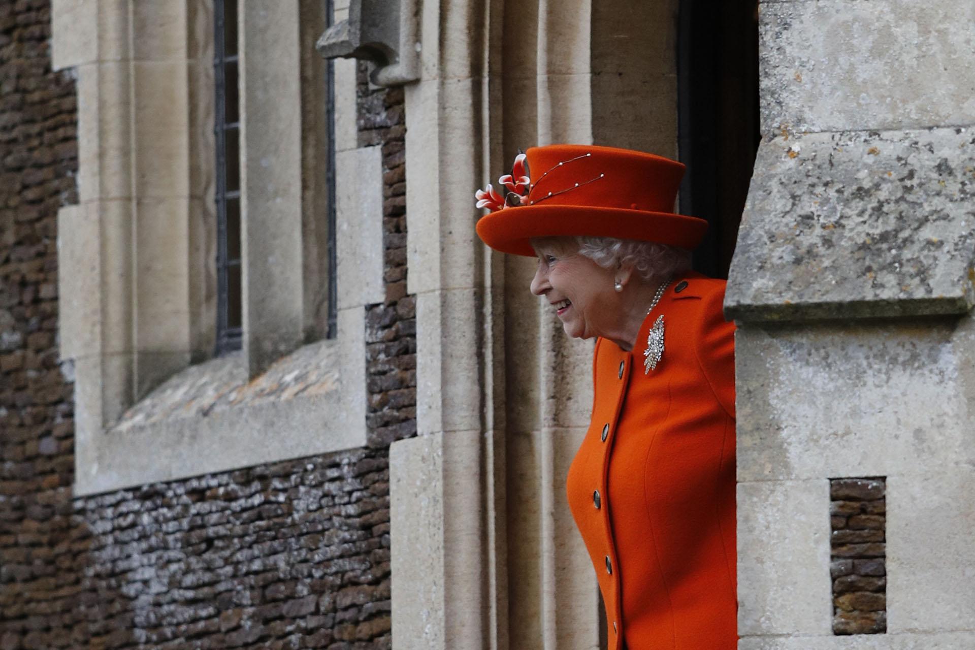 El saludo de la reina Isabel al salir del servicio religioso de Navidad, que tuvo lugar en la iglesia de Santa María Magdalena, en Sandringham, Norfolk