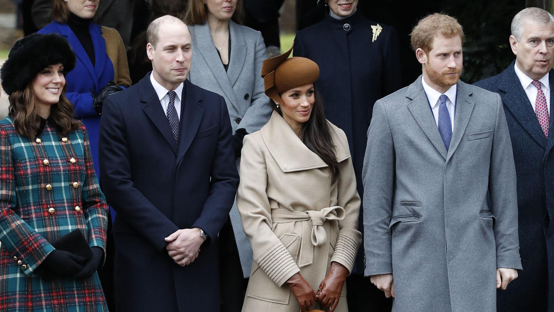 Mientras Catalina de Cambridge eligió un llamativo tapado a cuadros con botones dorados, acompañado por guantes y sombrero negro; Meghan Markle prefirió un look más sobrio, compuesto por un tapado claro y guantes de piel a tono con su particular sombrero /// Fotos: AFP