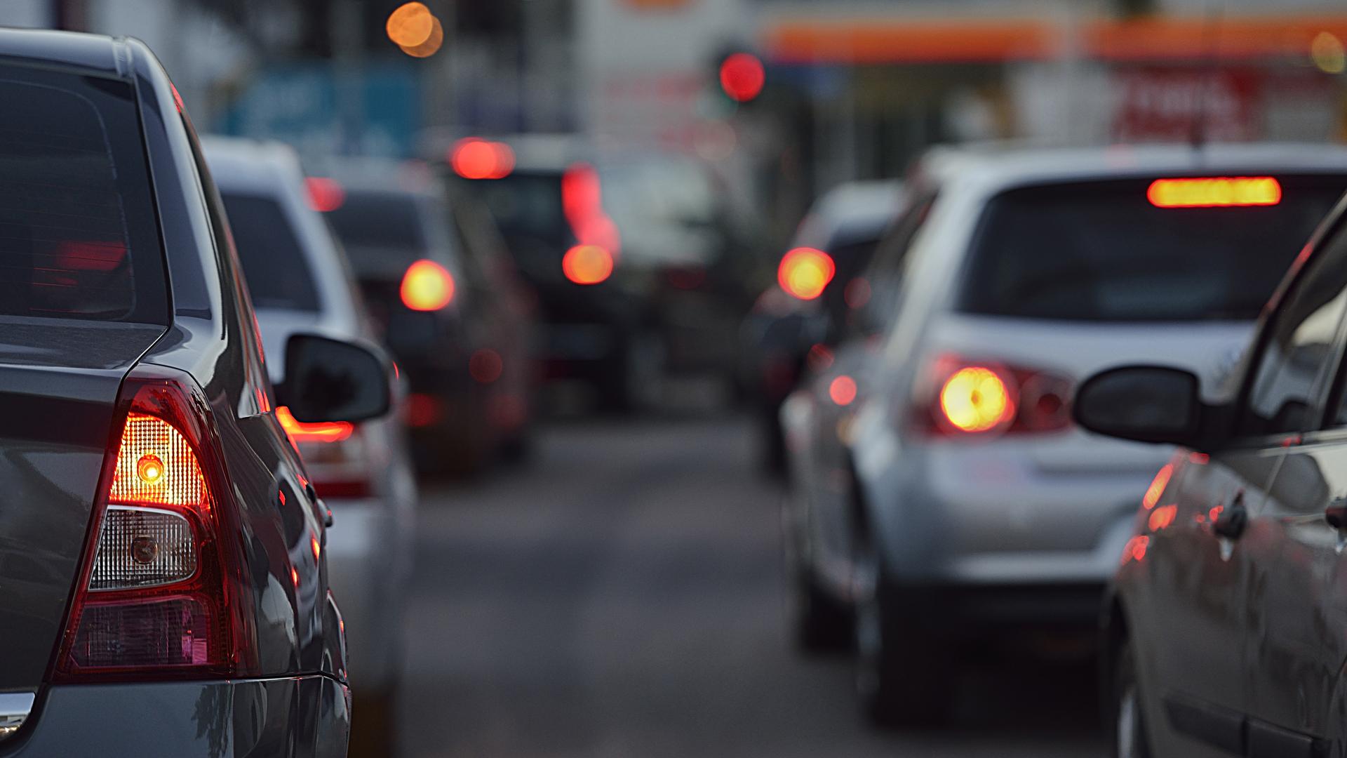 Según el estudio, si cada conductor mantuviera distancia con el auto de adelanteel tránsito duplicaría su velocidad (Getty)