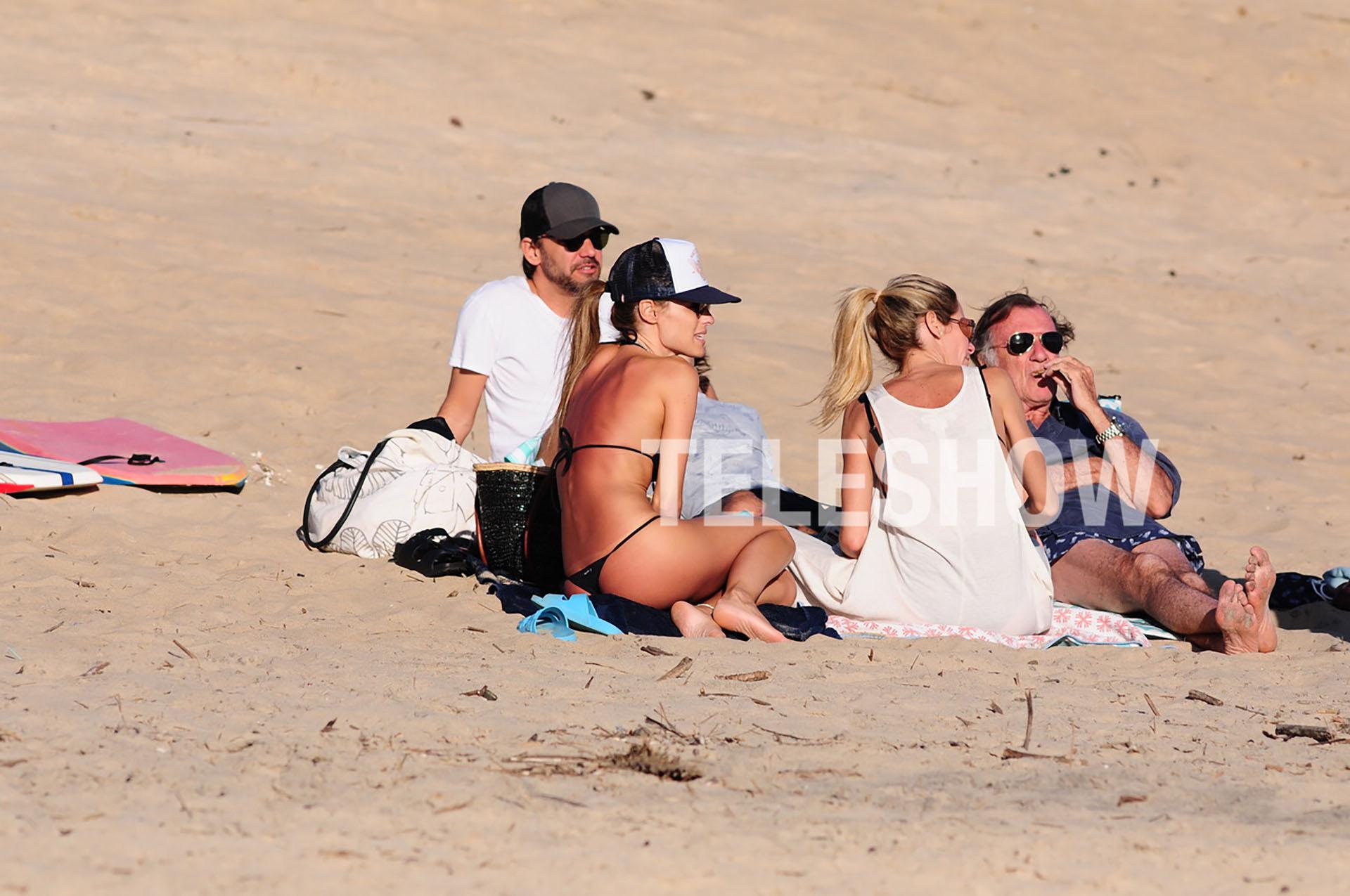 La modelo aprovechó para relajarse en la playa en compañía de buenos amigos