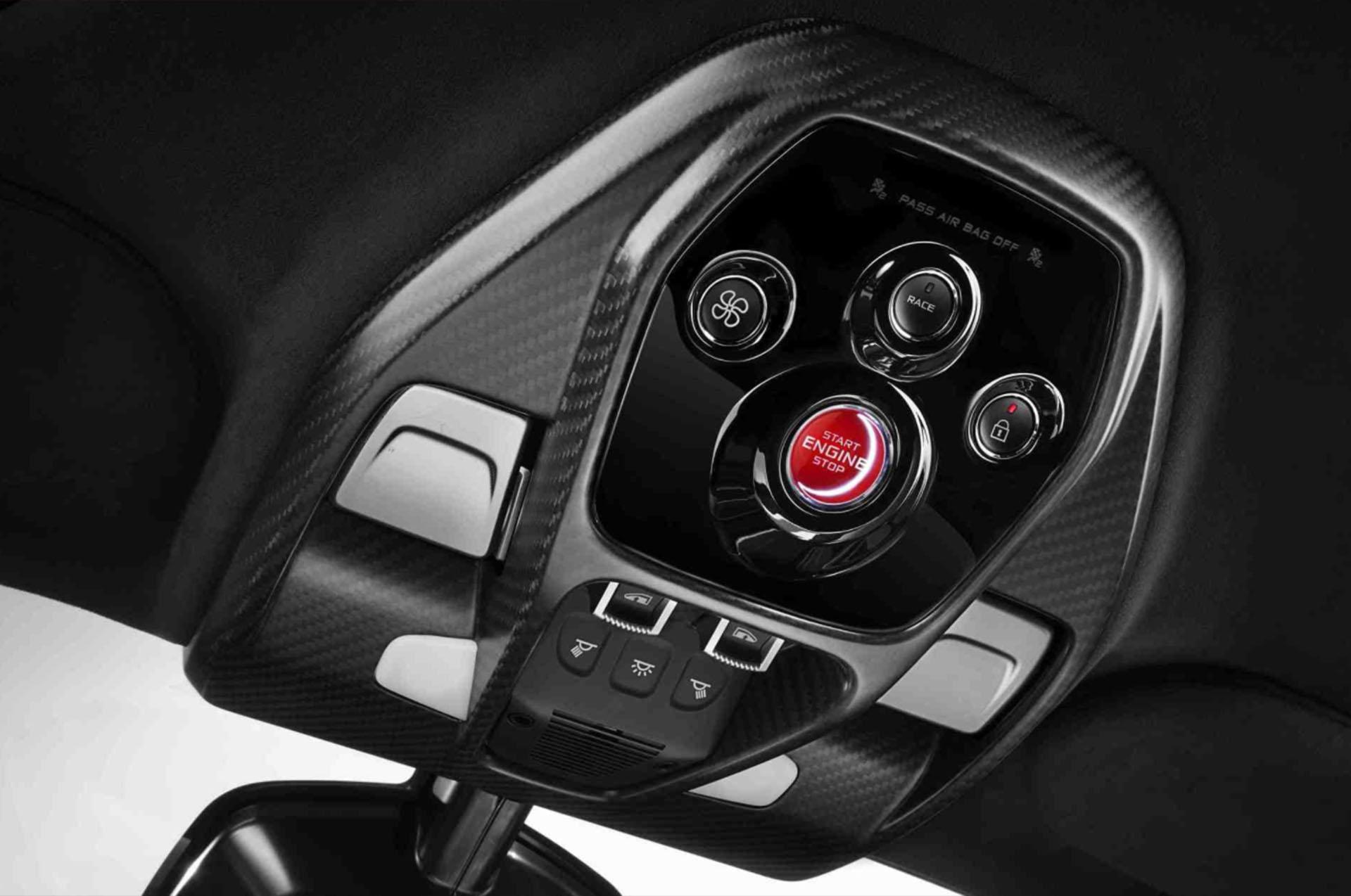 Su nombre interno es M840TR y toma la base del McLaren 720S, reforzado hasta lograr el monocasco más resistente en la historia de la automotriz. Su carrocería está dominada por las entradas y las salidas de aire, siempre en procura de proporcionar la mejor respuesta aerodinámica