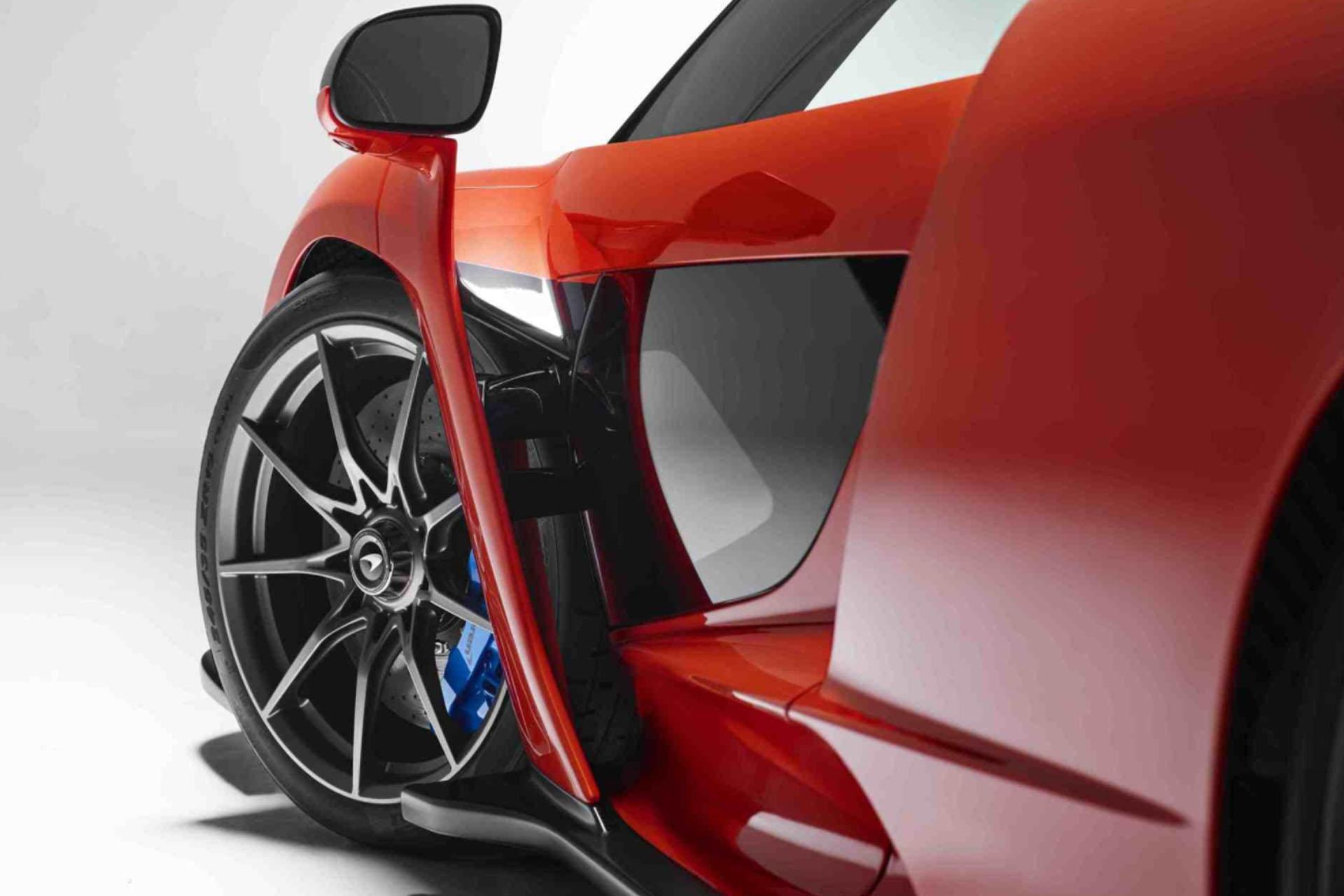 Su coeficiente aerodinámica en una de las principales virtudes de este deportivo. El diseño macro está gobernado por canales, túneles y tomas de aire que trazan sobre la carrocería un atractivo juego visual. Su alta funcionalidad aerodinámica se compone de líneas con una única misión: mantener el deportivo pegado al suelo