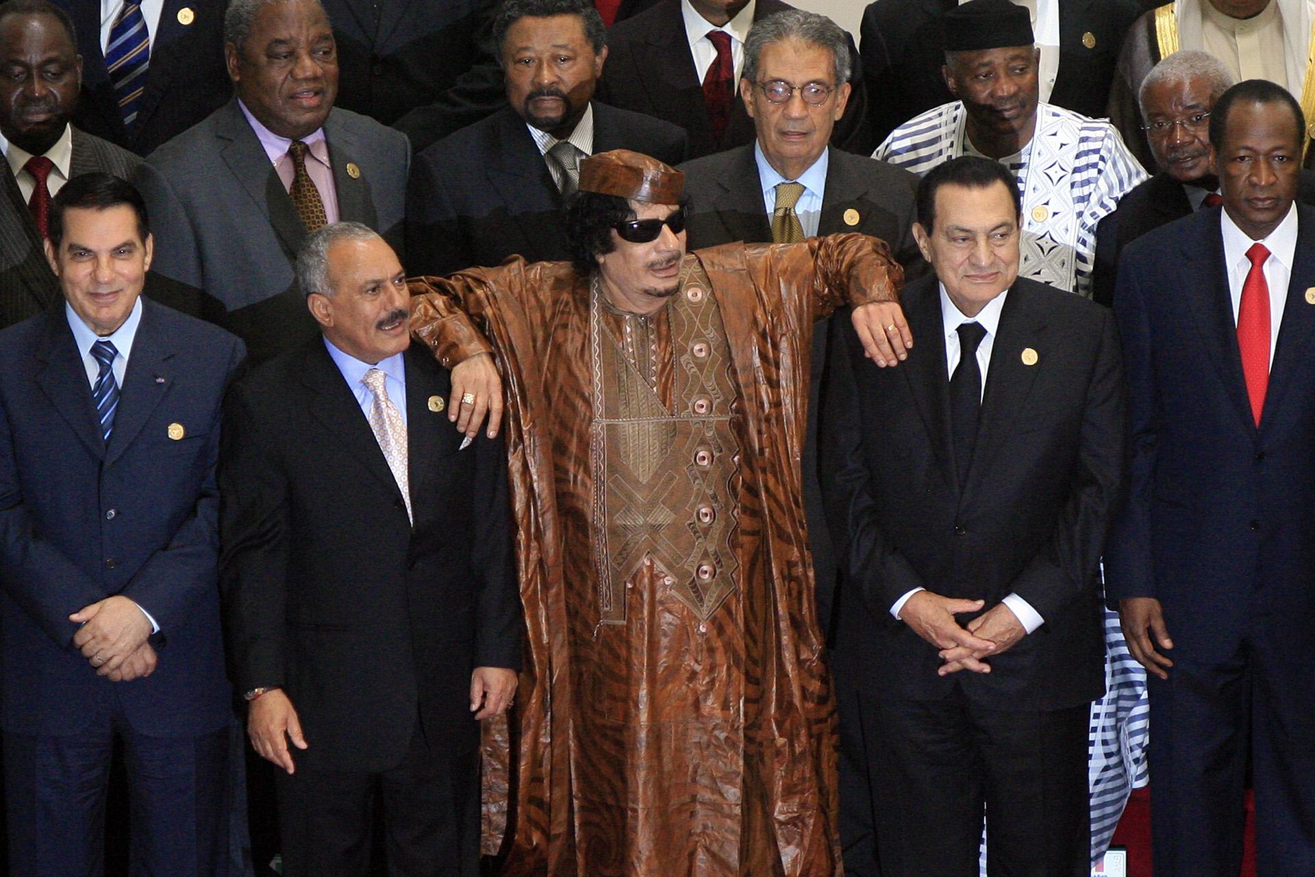 El dictador libio Muamar al Gadafi entre el ex presidente egipcio Hosni Mubarak y el ex presidente de Yemen Ali Abdullah Saleh en una foto de 2010. (AFP /KHALED DESOUKI)
