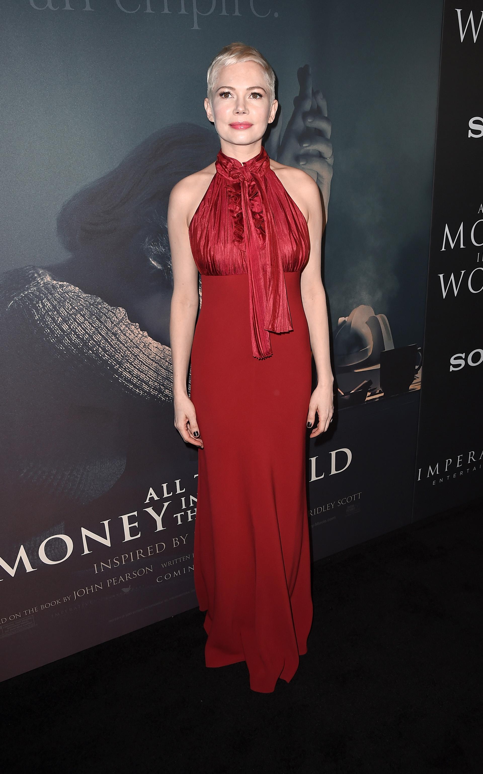 """Michelle Williams con un look """"total red"""" y su cabello ultra corto y platinado"""