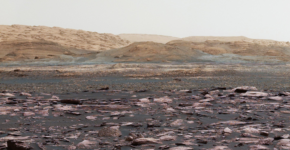 Foto panorámica de Marte, hecha juntando varias fotos del rover Curiosity, que se encuentra en el planeta rojo desde hace 5 años (NASA/JPL-Caltech/MSSS)