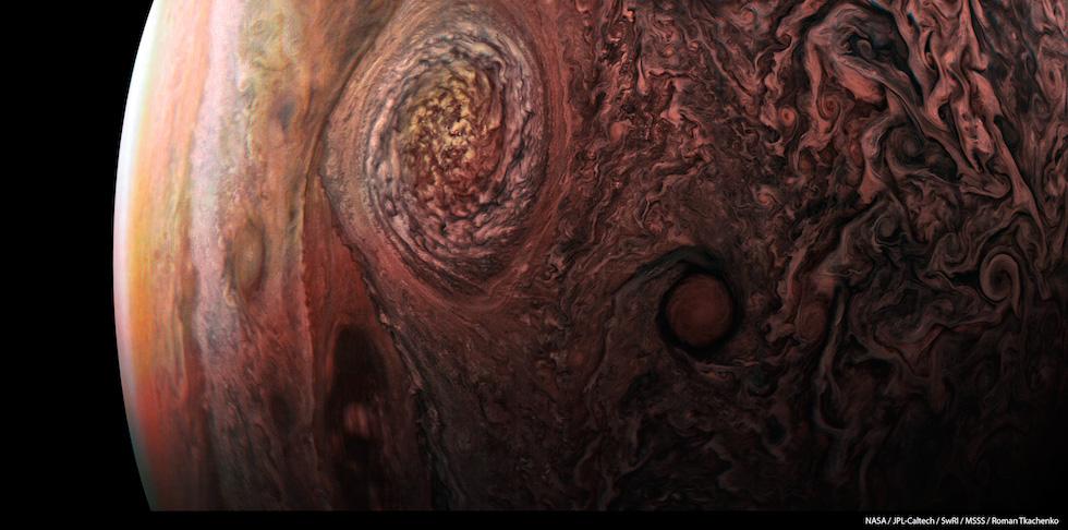 Foto tomada por la sonda Juno durante su vuelo sobre Júpiter. La foto captó la célebre Mancha Roja, una tormenta que arrasa el planeta desde hace tres siglos y cuyo diámetro es tres veces mayor que el dela Tierra (NASA / JPL-Caltech / SwRI / MSSS / Roman Tkachenko)