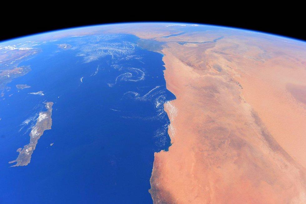 """""""Una perspectiva inesperada, me tomó por sorpresa… ¿Lo ven el perfil humano en la costa africana?"""", escribió el astronauta de la Estación Espacial Internacional Paolo Nespoli (Paolo Nespoli, ESA/NASA)"""