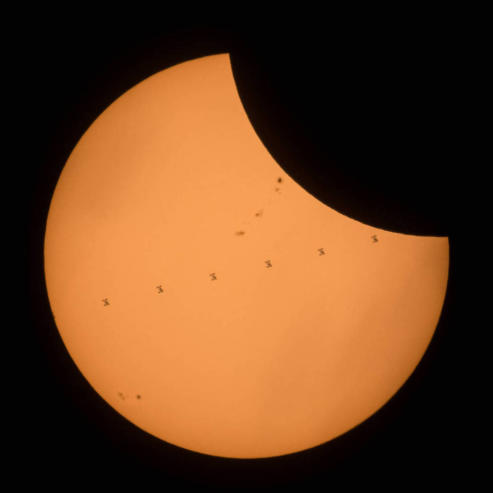 La Estación Espacial Internacional mientras cruza el disco solar durante el eclipse total de sol del pasado 21 de agosto (NASA/Joel Kowsky)
