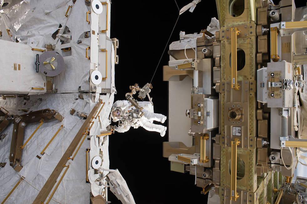 """El astronauta francés Thomas Pesquet durante un """"paseo espacial"""" afuera de la Estación Espacial Internacional (ESA/NASA)"""