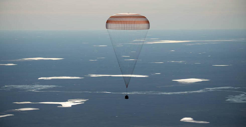 La Soyuz MS-02 aterriza en Kazajistán con tres astronautas a bordo el 10 de abril de 2017 (NASA/Bill Ingalls)