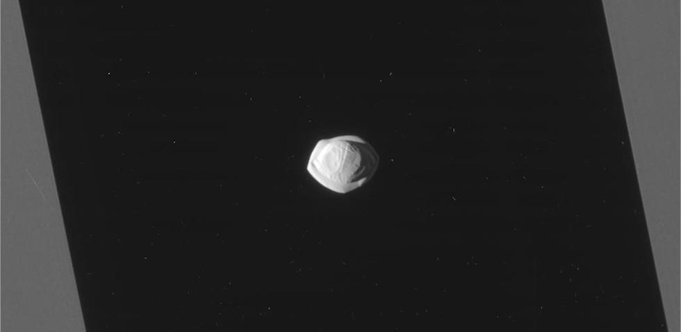 Foto de Pan, una pequeña luna de Saturno, tomada por la sonda Cassini (NASA/JPL-Caltech/Space Science Institute)
