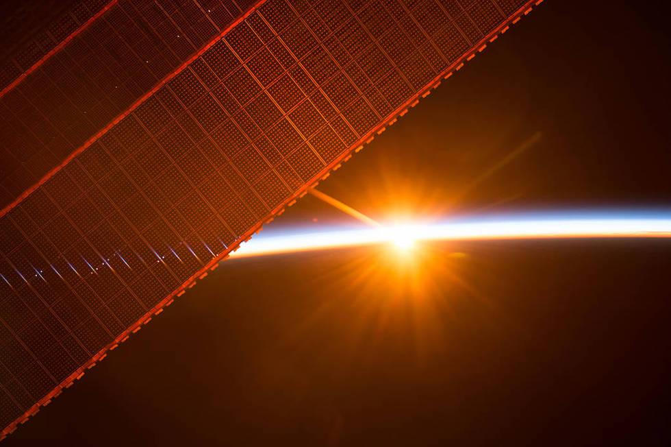 Los paneles solares de la Estación Espacial Internacional durante uno de los 16 amaneceres que ven cada día los astronautas a bordo (ESA/NASA)