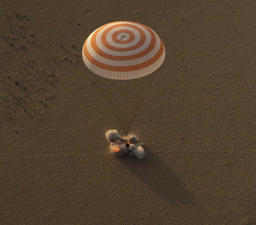 La capsula Soyuz MS-04 aterriza en Kazajistán con tres astronautas a bordo (Bill Ingalls/NASA vía Getty Images)
