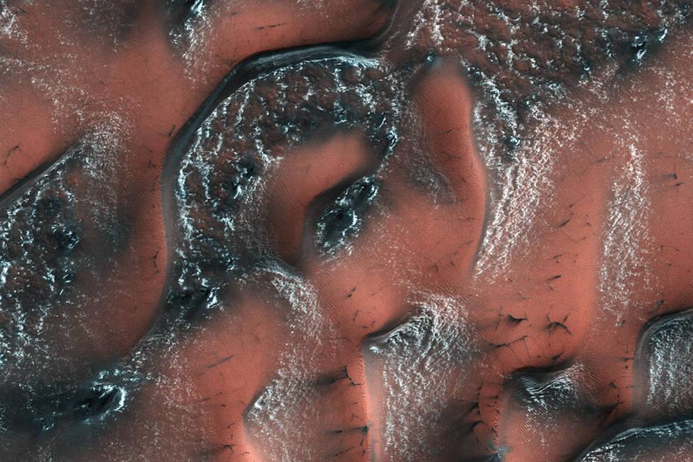 El hemisferio norte de Marte durante la primavera, con nieve y hielo –formados por anhídrido carbónico-en el suelo (NASA/JPL/University of Arizona)