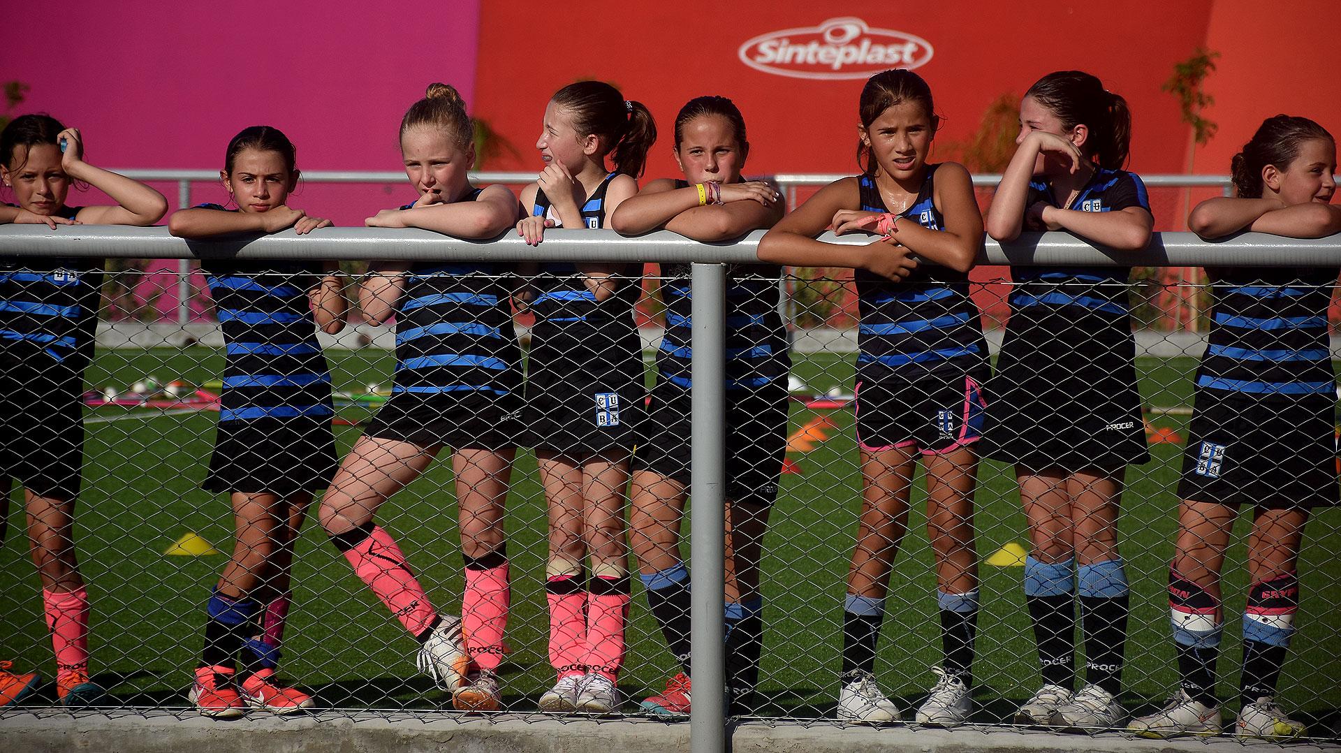Alrededor de 50 niñas participaron de la clínica de hockey sobre césped