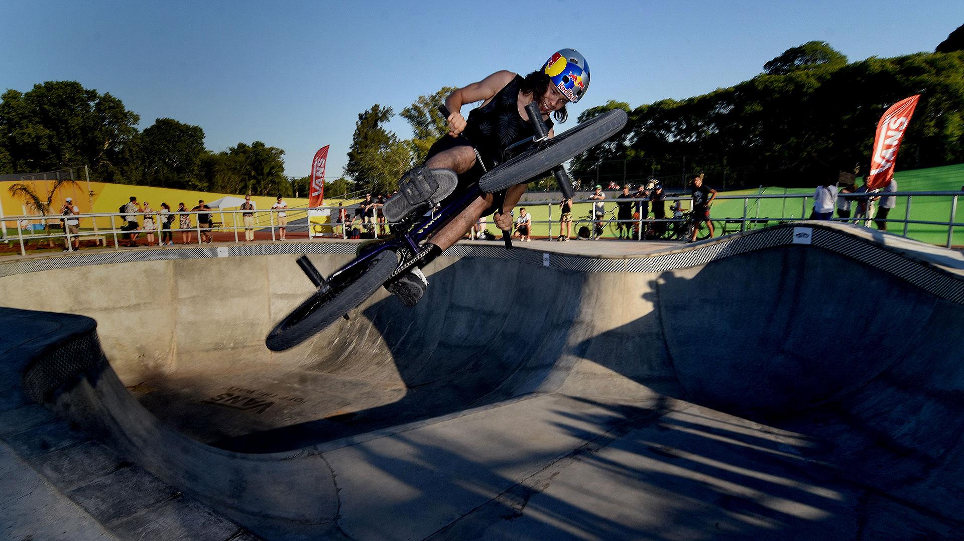 El joven Iñaki Mazza, uno de los grandes exponentes argentinos de BMX, en acción