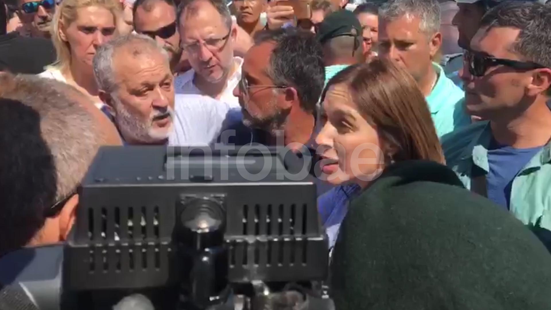 La gobernadora se bajó de su camioneta para discutir cara a cara con un grupo de guardavidas