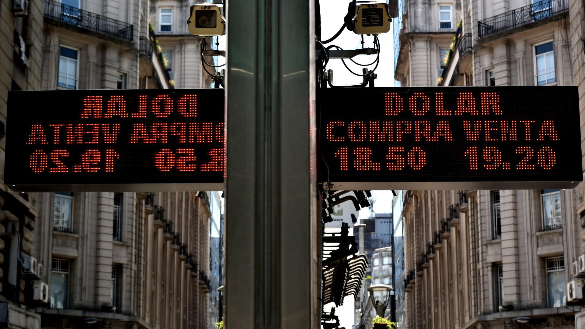 El tipo de cambio volvió a niveles cercanos que tenía antes del movimiento de tasas, pero se espera que vuelva a acomodarse entre los registros máximos de la semana anterior (Adrián Escandar)