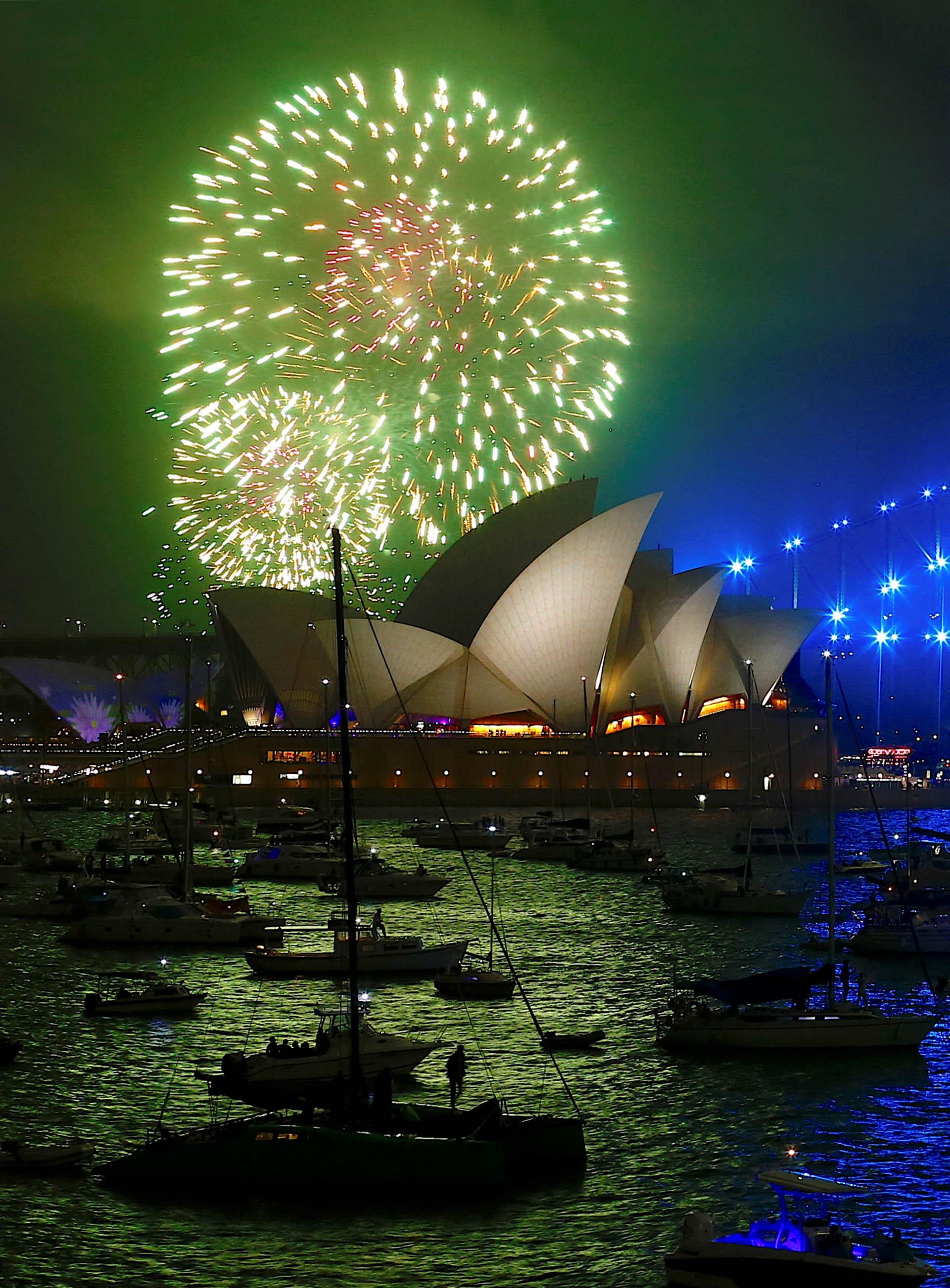 Fuegos artificiales sobre el Opera House en la bahía de Sidney, Australia
