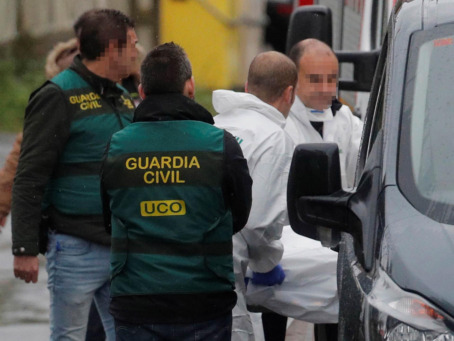 Efectivos de la Guardia Civil traslada en una camilla los restos del cadáver encontrado (EFE)