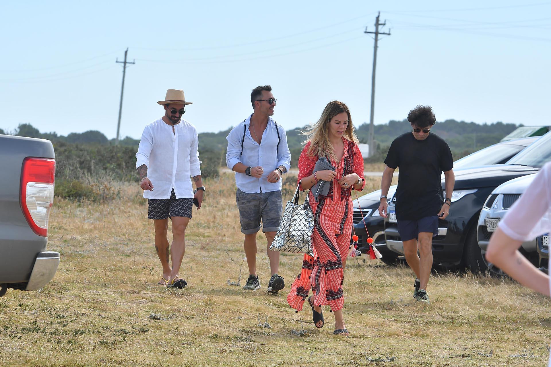 Ezequiel Lavezzi y Yanina Screpante pasan los veranos en el Este y siempre marcan tendencia. Ella luce una túnica estampada a rayas y diseños hippy-chic con detalles de borlas de pompones. Él opta por un traje de baño estampado y una clásica camisa blanca de lino
