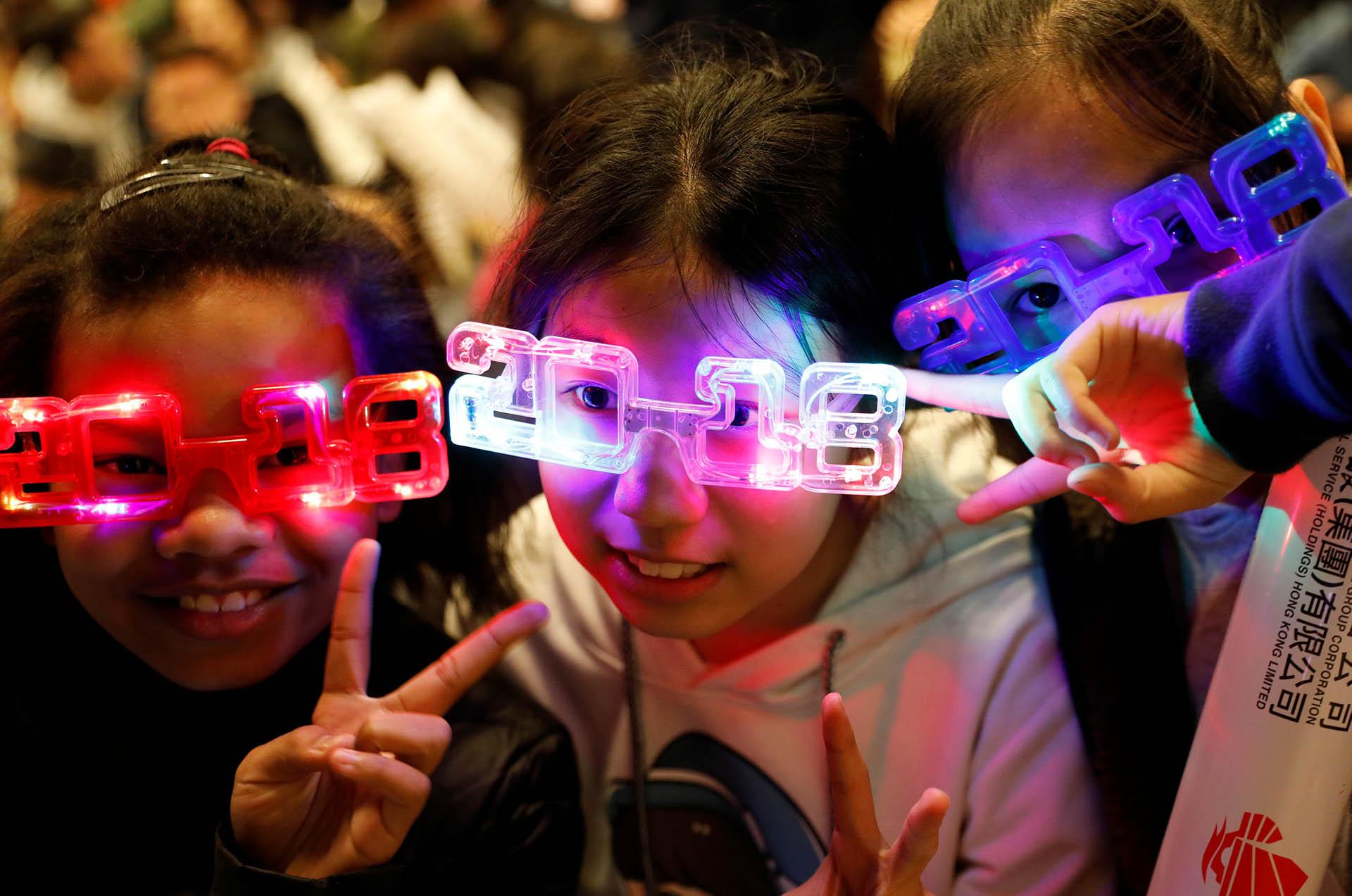 Niños visten gafas con el año que recibe el mundo, en Hong Kong
