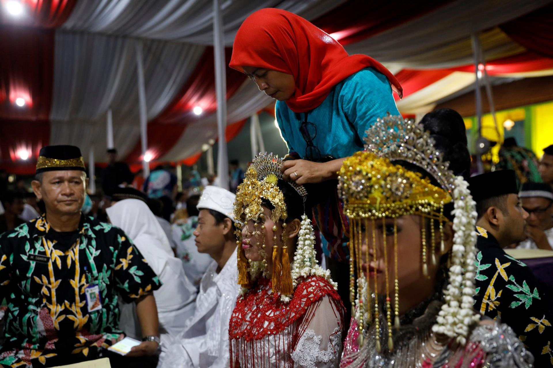 En Jakarta (Indonesia) se celebra una boda multitudinaria como parte de la tradición por el Año Nuevo