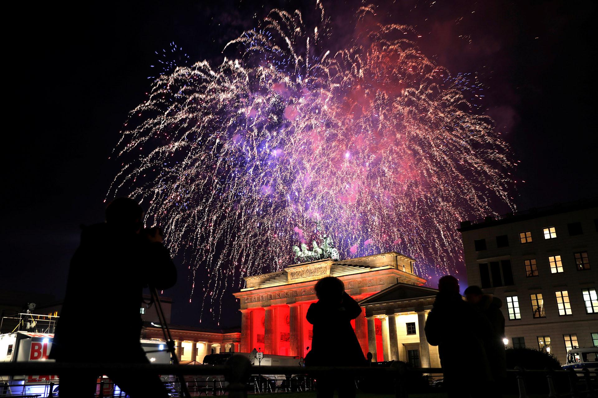 Fuegos artificiales sobre la Puerta de Brandeburgo en Berlín, Alemania(REUTERS/Hannibal Hanschke)
