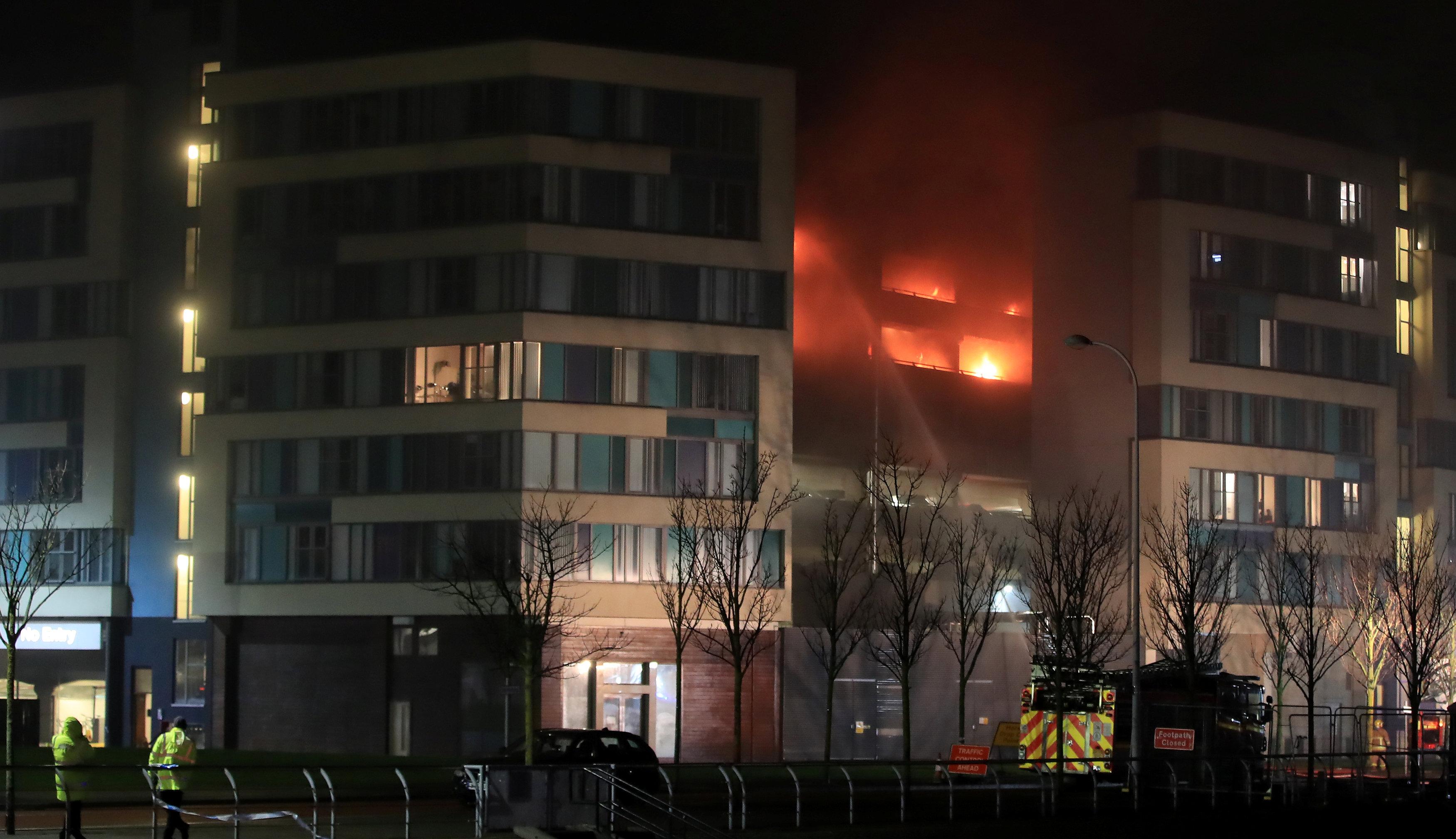 Cientos de autos calcinados por incendio en edificio de estacionamientos en Liverpool