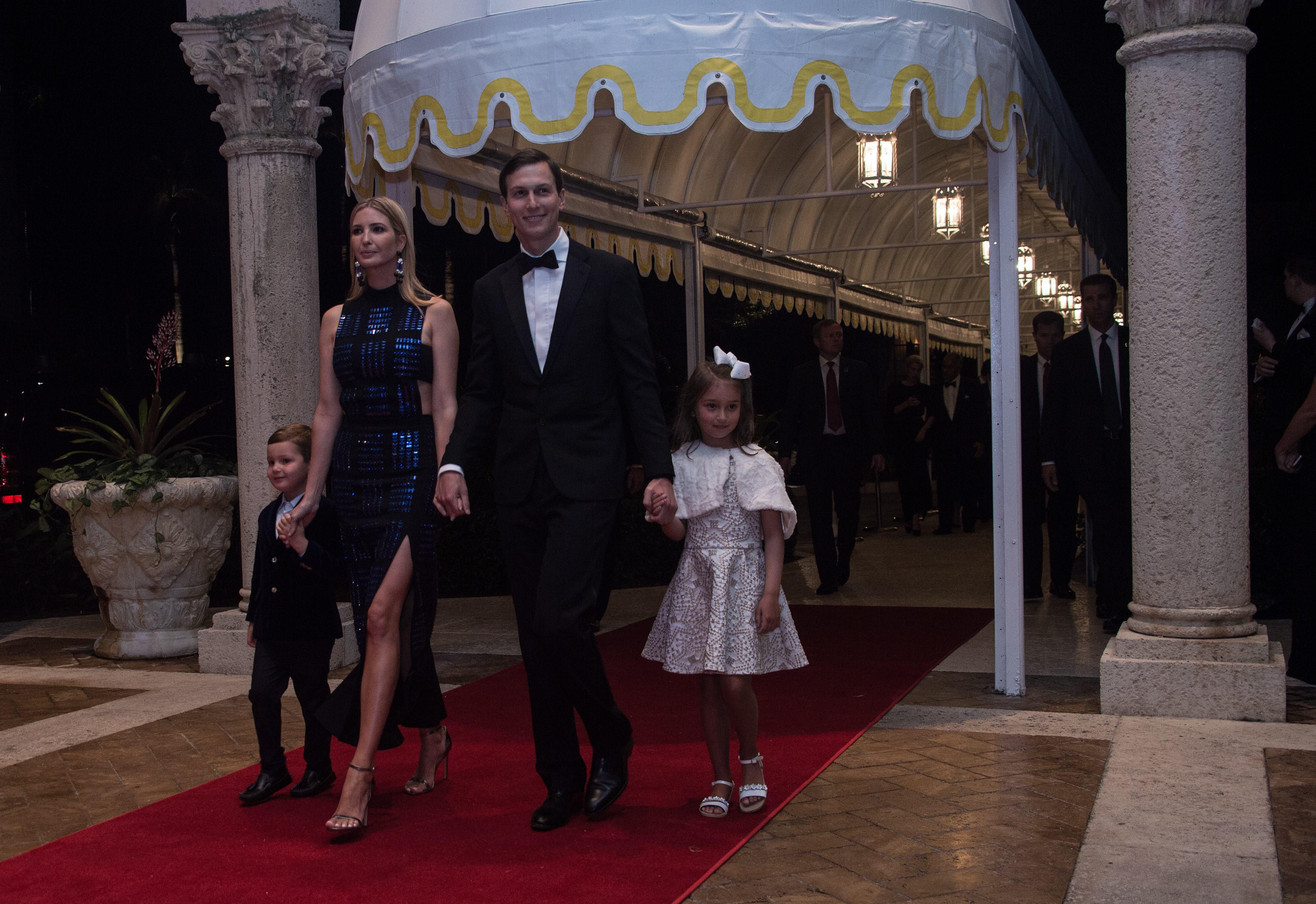 Ivanka Trump, su marido Jared Kushner y sus hijos Arabella y Joseph (AFP)