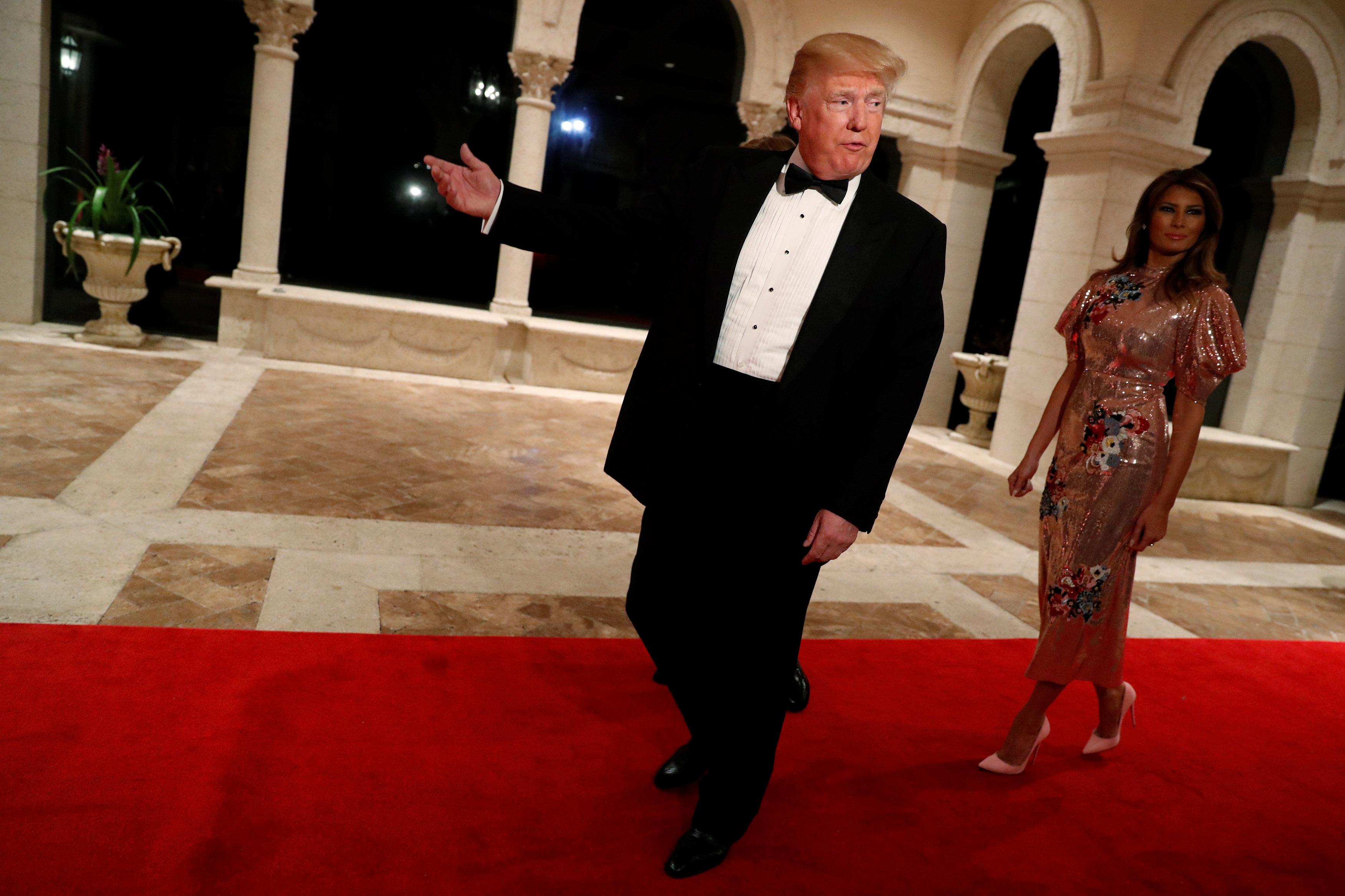 El presidente estadounidense Donald Trump y la primera dama Melania Trump llegan a la fiesta en el club de Mar-a-lago ( REUTERS/Jonathan Ernst)