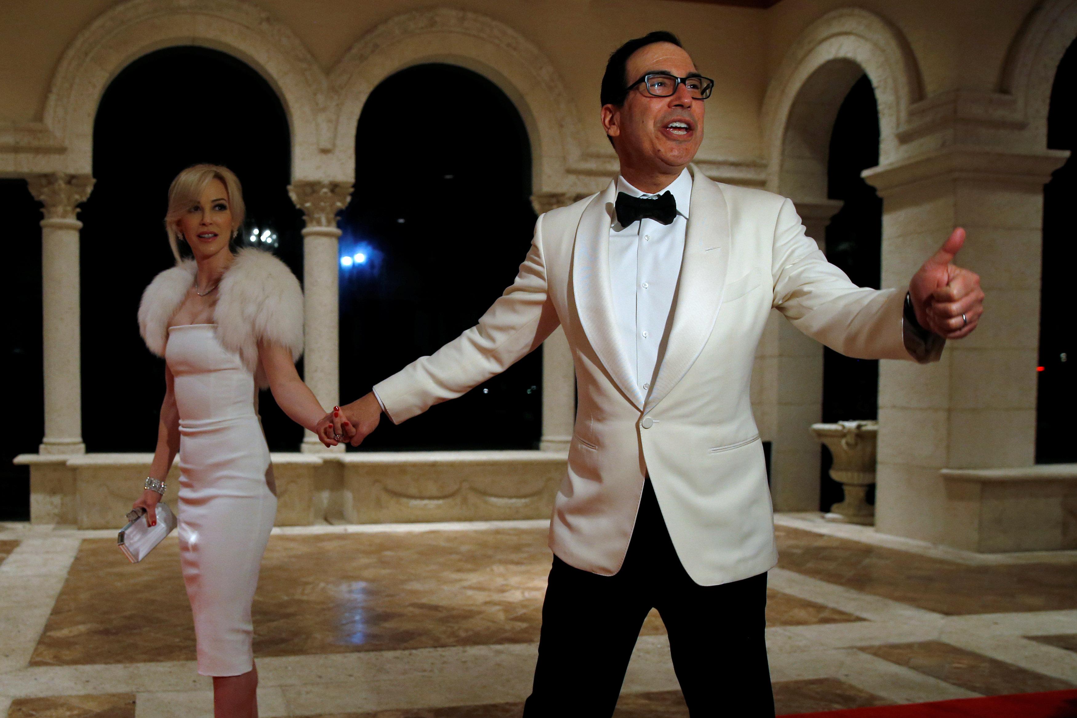 El Secretario del Tesoro Steven Mnuchin y su esposa Louise Linton (REUTERS/Jonathan Ernst)