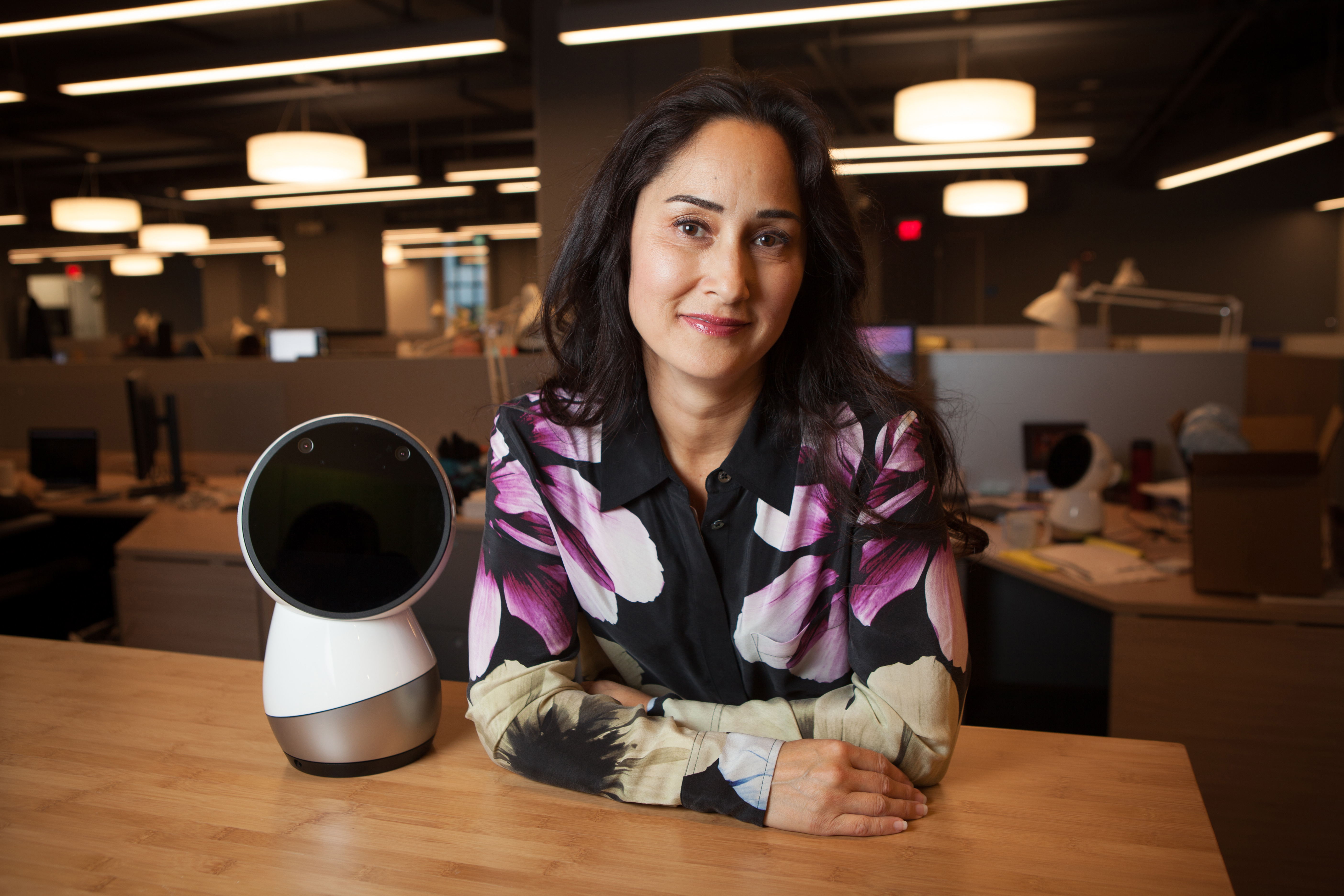Cynthia Breazeal, ingeniera robótica junto al robot en Jibo Inc., en Boston (The Washington Post / Matthew Cavanaugh)