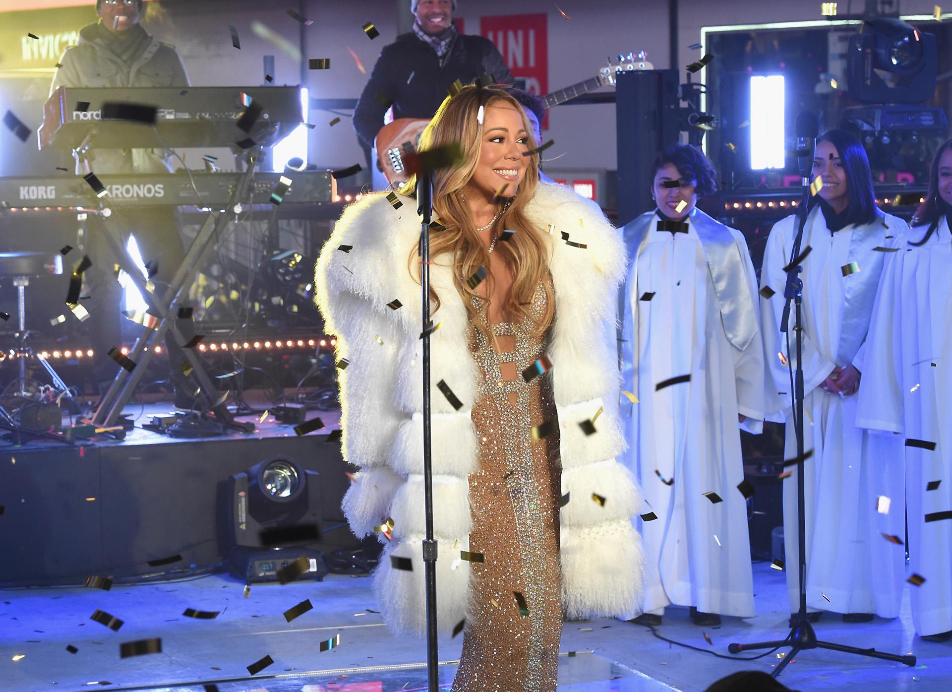 Una vez en el escenario, intentó quitarse el tapado pero el intenso frío neoyorquino no se lo permitió y solo pudo verse el gran escote de su vestido nude con brillos plata