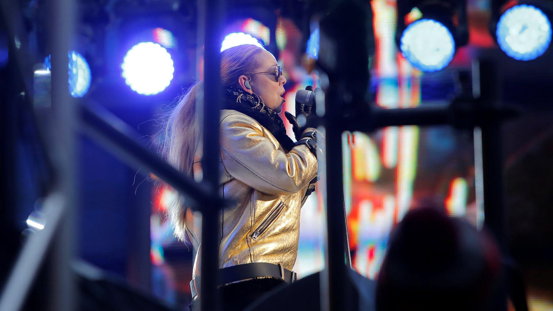 A punto de cumplir 48 años en marzo, la artista mantiene intacta su belleza, su pasión por la música y su gran carisma