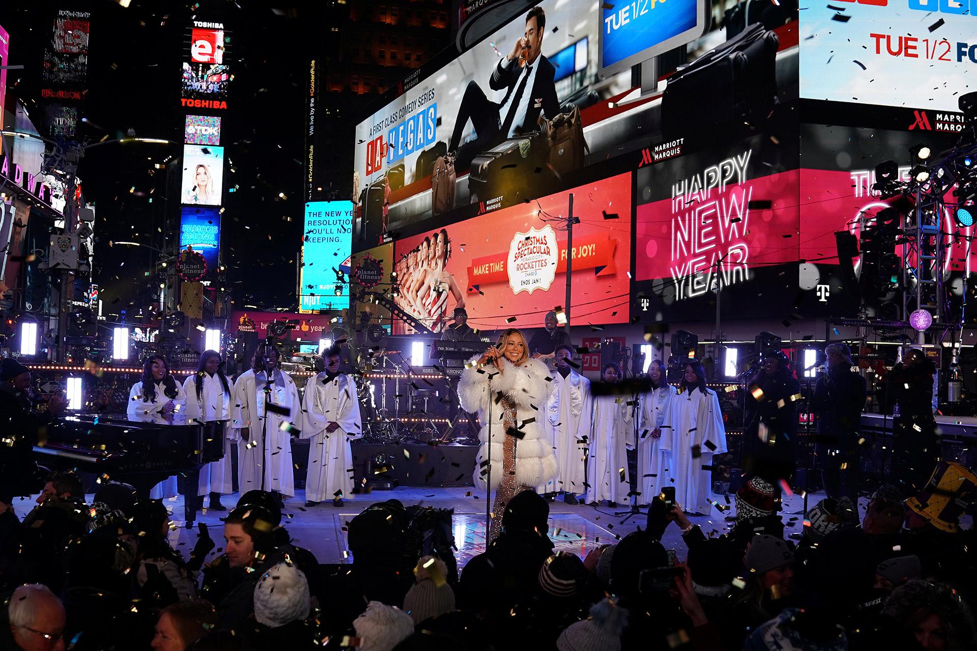 Mariah Carey volvió a presentarse frente a una multitud de personas, que cada año espera la cuenta regresiva y el descenso de la bola en Times Square en el último día del año