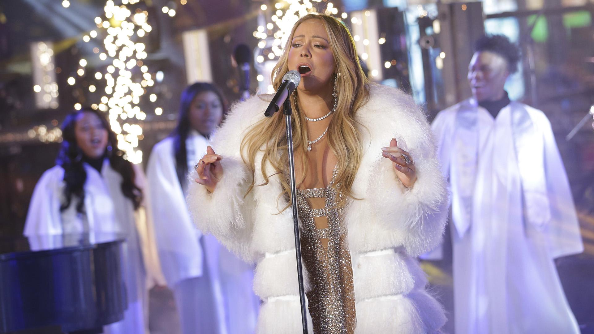 La cantante acompañó su look con costosas joyas, a la vez que lució su cabello largo y rubio