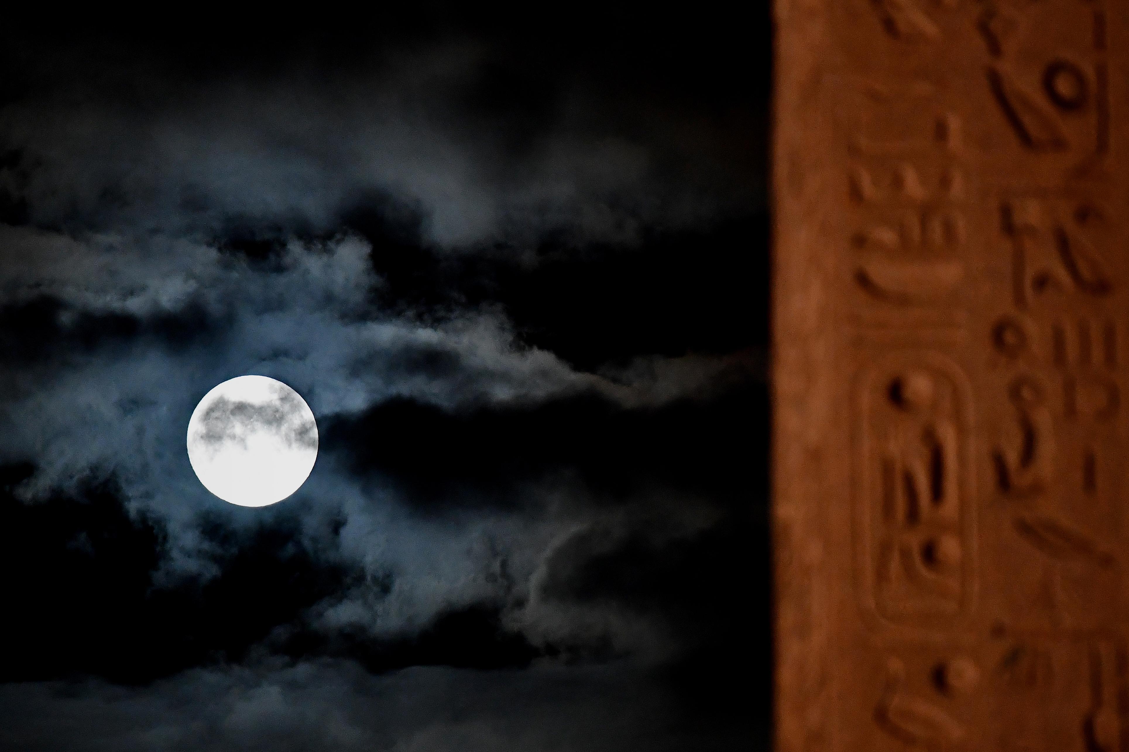 La superluna sobre Piazza del Popolo, en Roma, Italia (AFP)