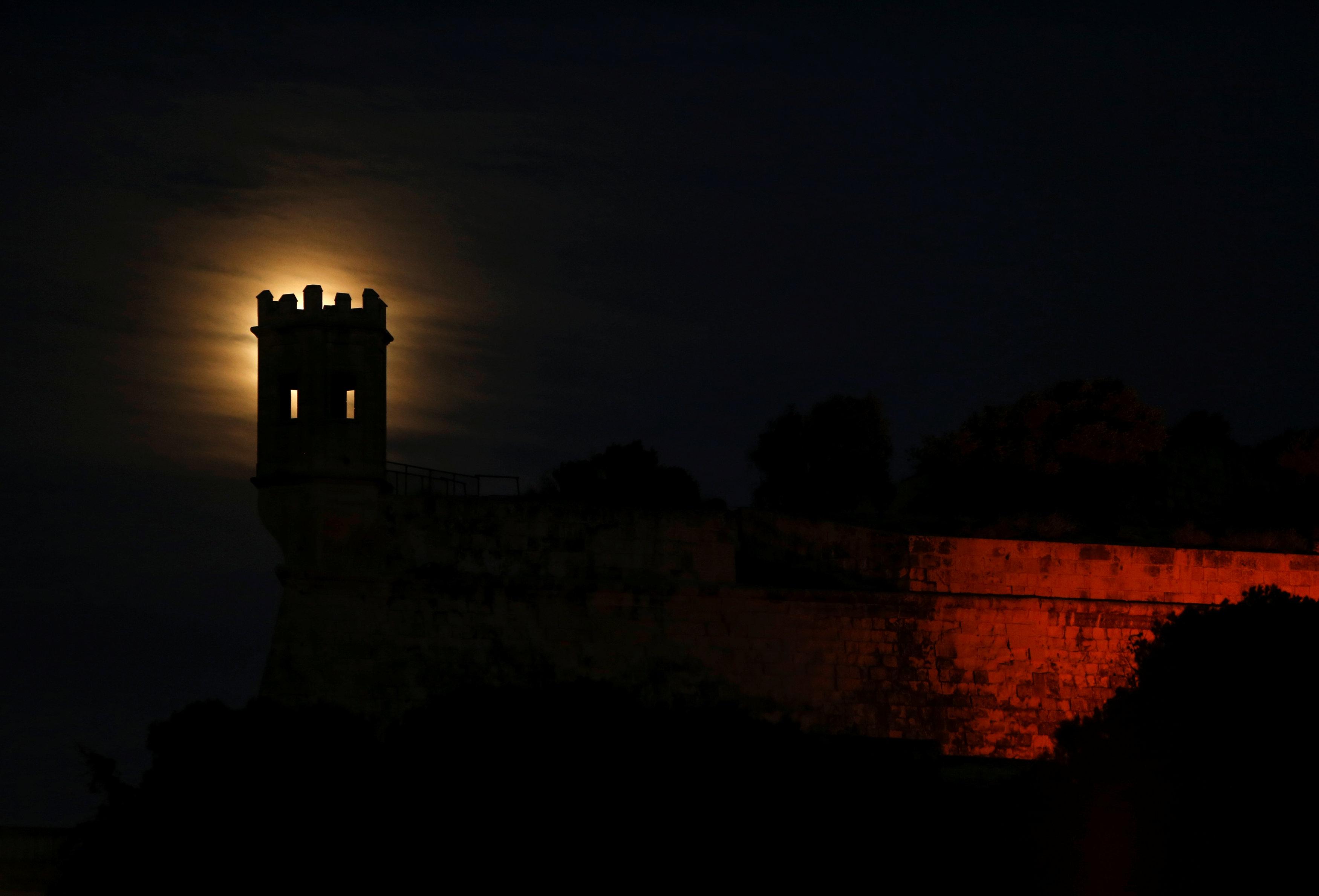 La superluna sobre el bastión San Salvatore en Pieta, Malta, (REUTERS/Darrin Zammit Lupi)