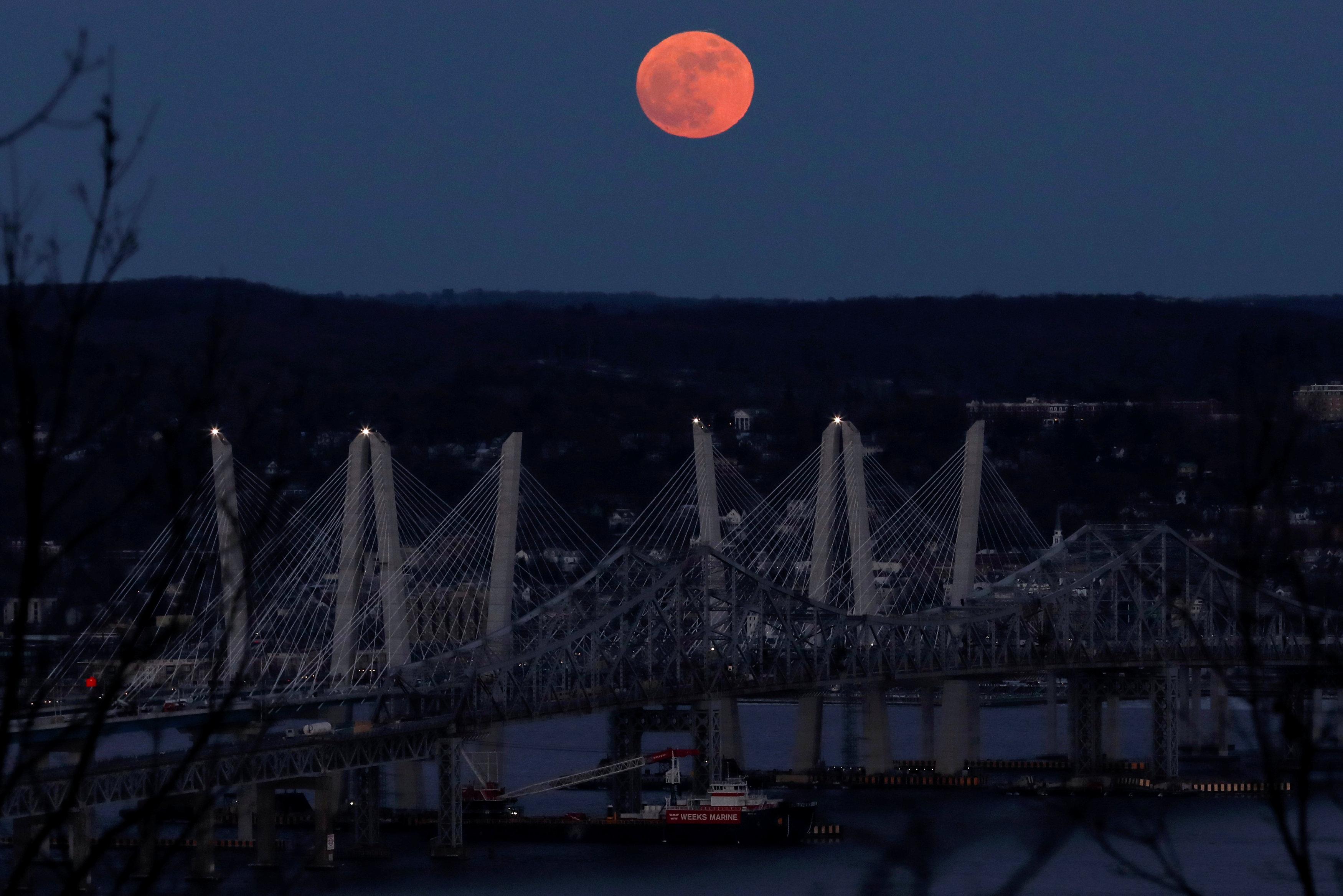 Otra foto de la superluna sobre el río Hudson River y el puente Mario M. Cuomo en Nyack, Nueva York (REUTERS/Mike Segar)