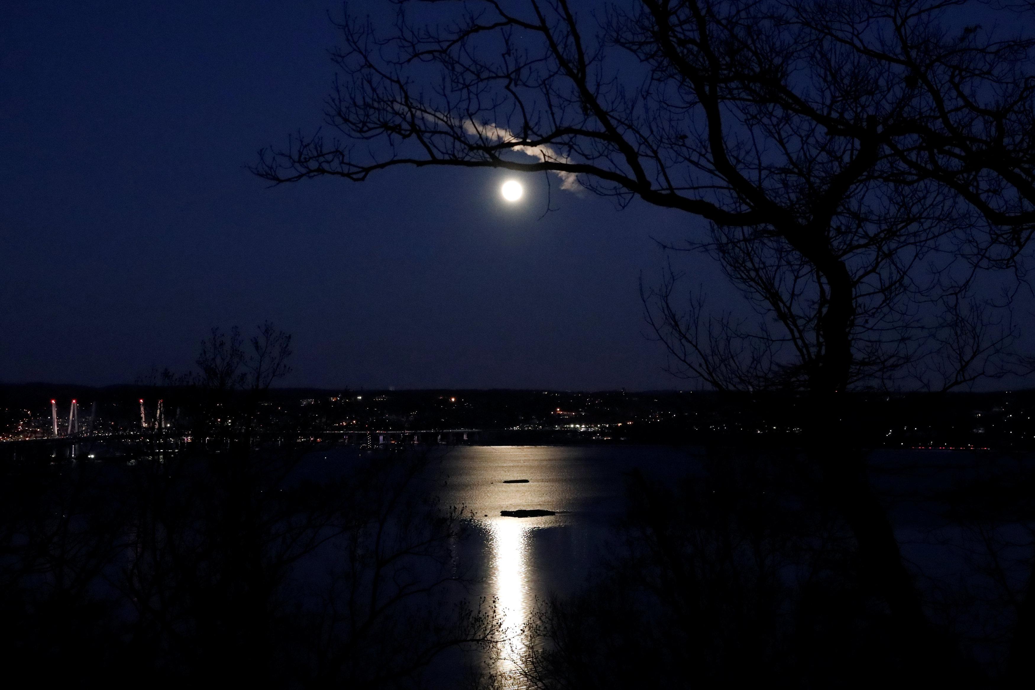 La superluna sobre el ríoHudson River y el puente Mario M. Cuomoen Nyack,Nueva York(REUTERS/Mike Segar)