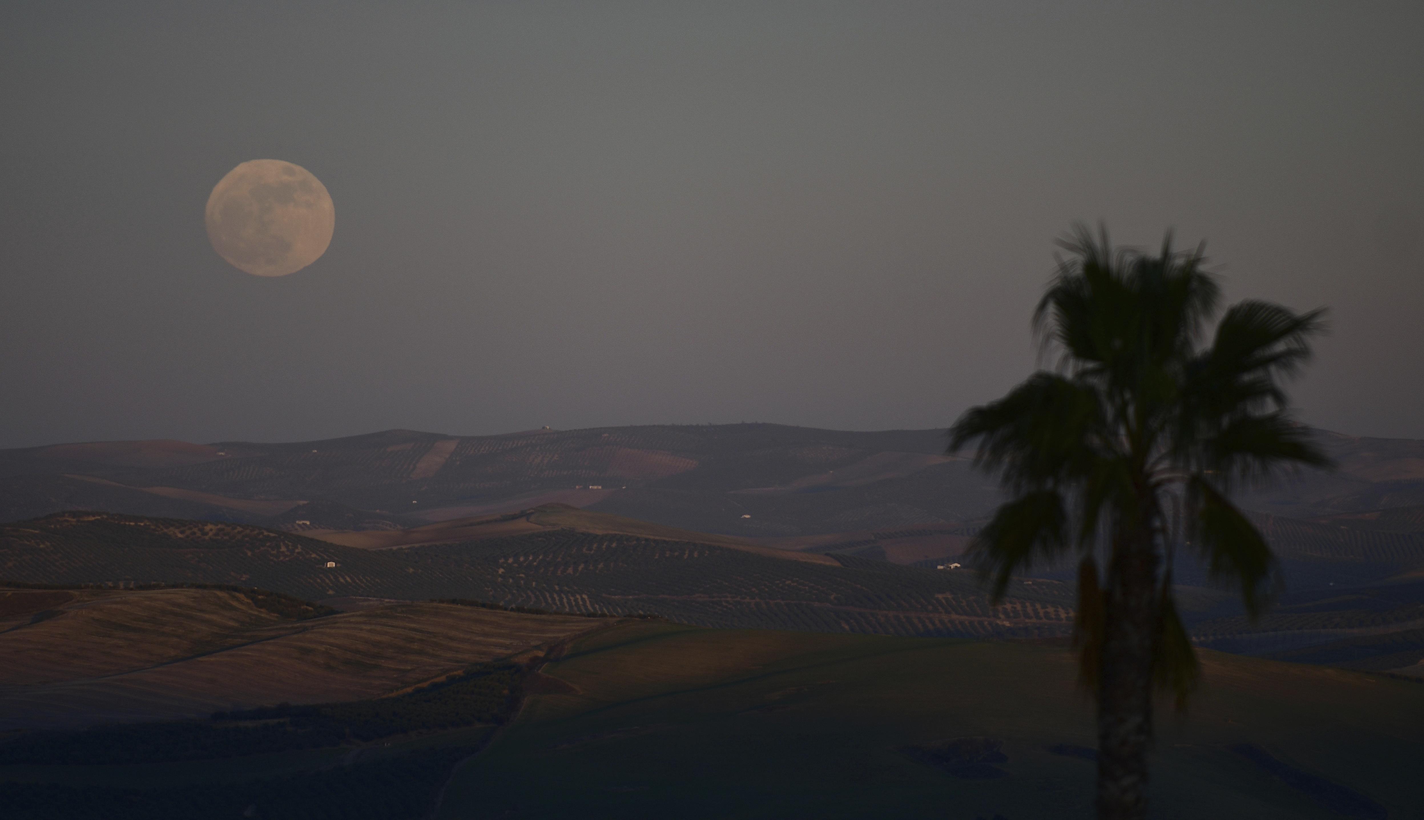 Superluna en Montemayor cerca de Córdoba, en el sur de España (AP/Manu Fernandez)