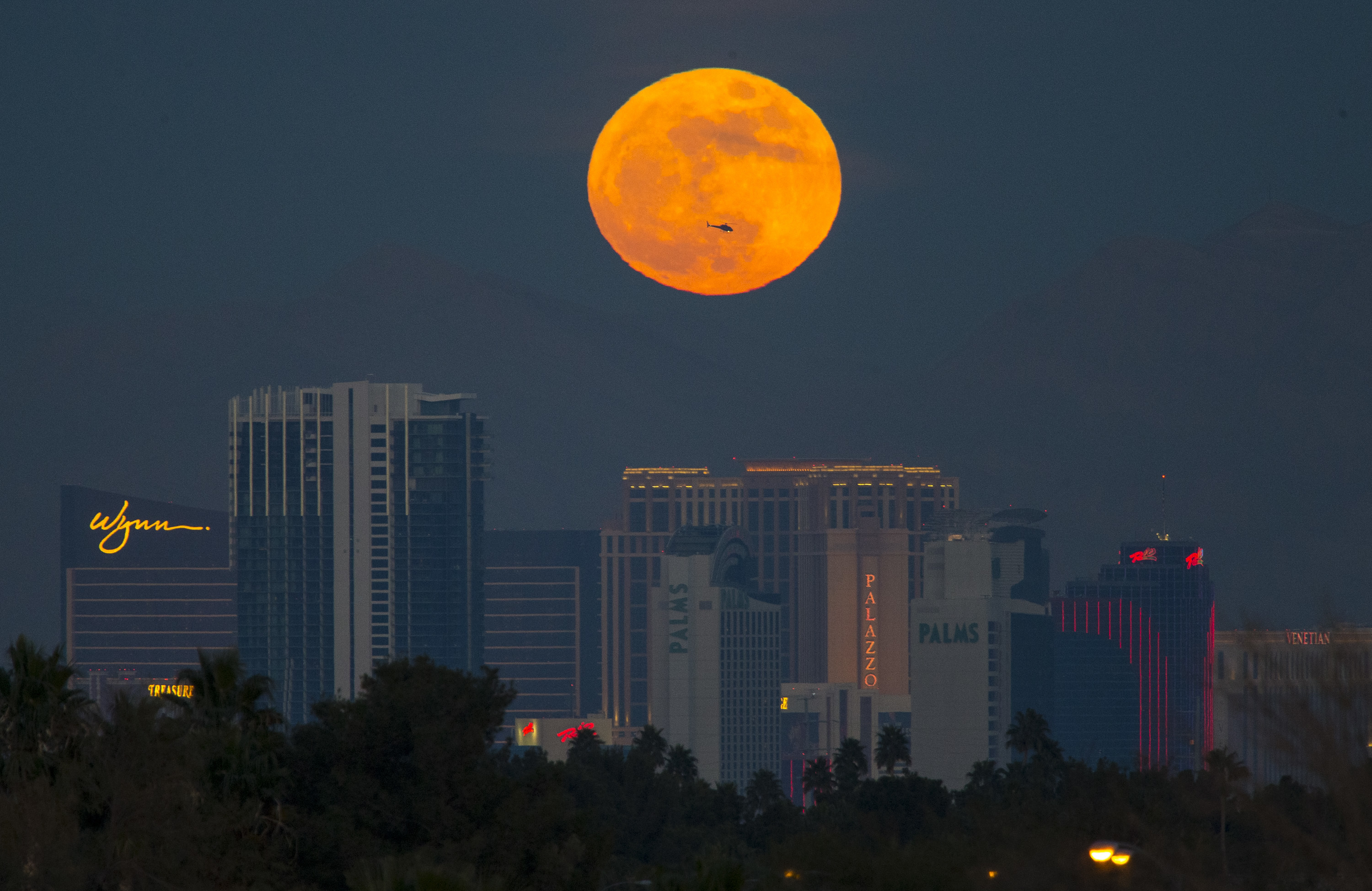 La superluna en Las Vegas, Estados Unidos (Richard Brian/Las Vegas Review-Journal via AP)